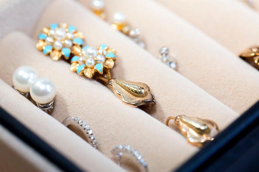 Schmuck Schatulle mit Ohrringen und Ringen